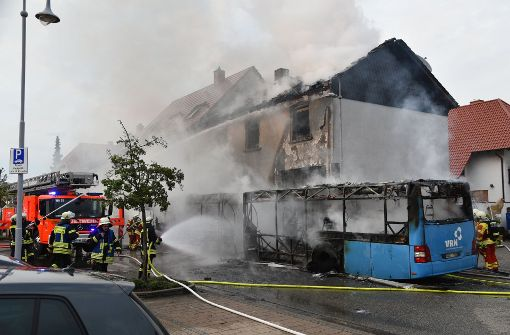 Flammen von Bus setzen Haus in Brand - Familie verliert Zuhause