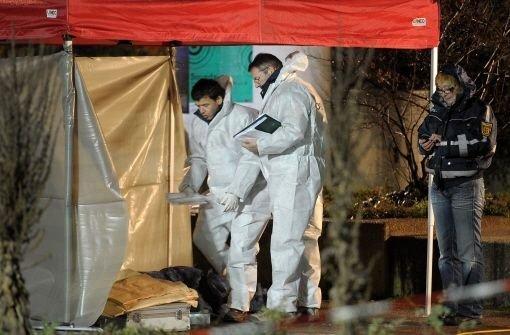 Mitarbeiter der Spurensicherung untersuchen den Tatort. Das bei dem Banküberfall ins Karlsruhe ums Leben gekommene Gauner-Duo sind die lang gesuchten Gentlemen-Räuber. Foto: dpa