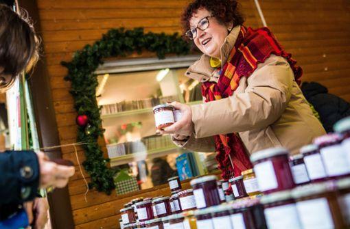 Gerlinde Kretschmann verkauft auf dem Stuttgarter Weihnachtsmarkt Marmelade für einen guten Zweck. Foto: dpa