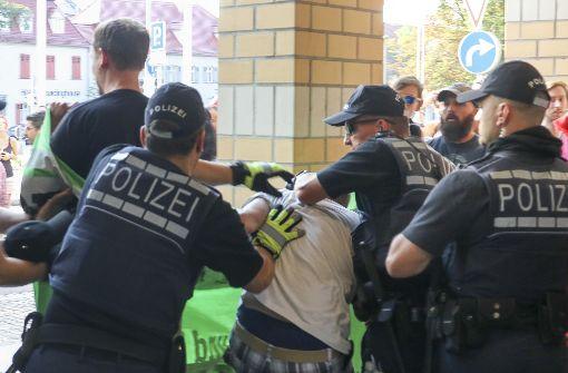 Die Besucher der AfD-Veranstaltung im Forum wurden von rund 130Demonstranten empfangen, die Plakate trugen. Foto: factum/Weise , www.factum-fotojo