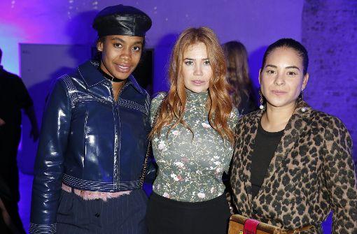 Fashion Director Jan Quammie, Moderatorin Palina Rojinski und Mika Moriyama, Geschäftsführerin einer PR-Agentur, (von links) posen auf der Party. Foto: Getty Images