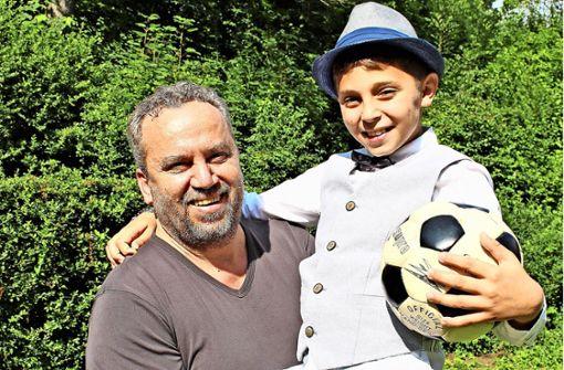 Hussein Dib und sein jüngster Sohn Adam, auch er spielt Fußball. Foto: Caroline Holowiecki