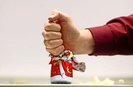 Wütende Stadträtin zertrümmert einen Schoko-Nikolaus