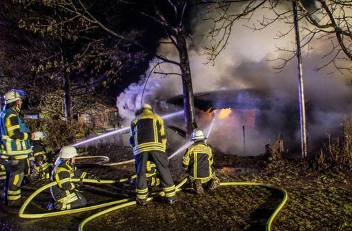 Brandstifter zündet Vereinsheim und Gartenhaus an