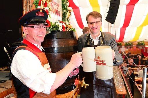 Der Erste Bürgermeister Michael Föll hat das 76. Frühlingsfest offiziell eröffnet. Hier sind die ersten Fotos aus dem Festzelt. Foto: www.7aktuell.de