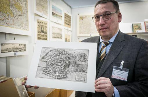 Karl Klittich mit einem Kupferstich Stuttgarter Stadtplan um 1643 Foto: Lichtgut/Achim Zweygarth