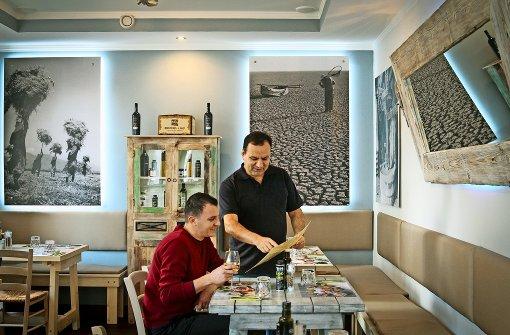 Fotios Kostakopoulos (re.)    bietet Meze – also kleine Gerichte – an. Foto: factum/Granville