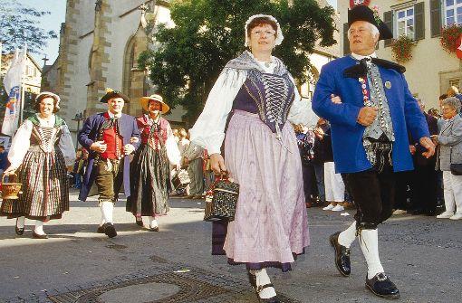 Die schwäbische Tracht mit Schwabenspiegel beim Mann und Mieder bei der Frau. Foto: Stuttgart Marketing