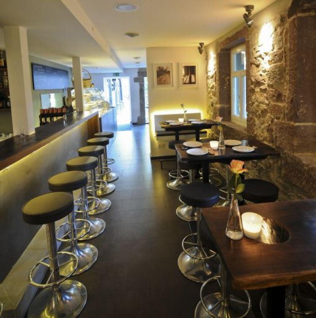 stefanie gleich mit einer kleinen auswahl ihrer spanischen appetith ppchen in der tapas bar. Black Bedroom Furniture Sets. Home Design Ideas