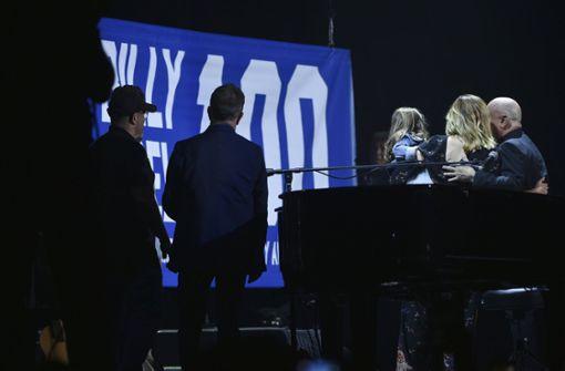 Die Familie Joel schaut zu, wie ein Banner zum Jubiläumskonzert in die Höhe gezogen wird. Foto: Invision