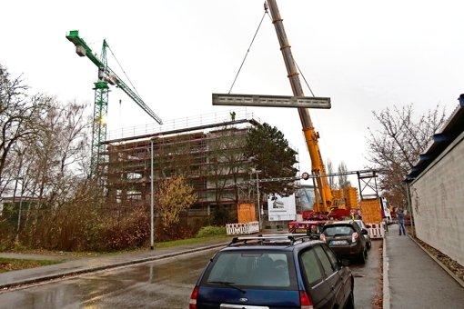Schlussstein fürs Dach: Am Freitag schwebte ein 46,5 Tonnen schwerer Träger auf der Filum-Baustelle ein.      Foto:   Otto-H. Häusser Foto: