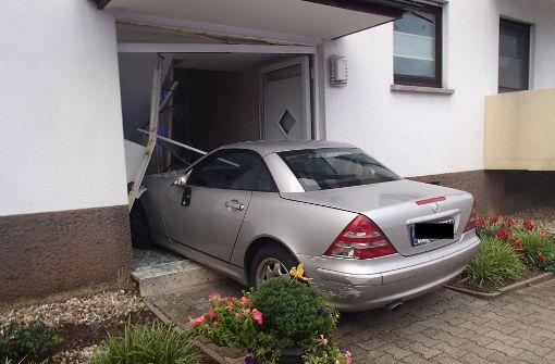 Auto pflügt durch Garten und kracht in Hauseingang