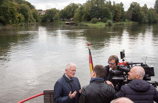 Der OB steht auf dem Boot Rede und Antwort Foto: Lichtgut/Leif Piechowski