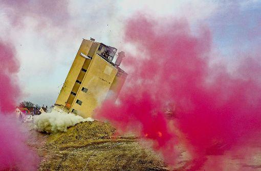 Großes Spektakel: Hinter Rauchwolken und Benzinbomben kippt der alte Siloturm  zur Seite. Foto: factum/Weise