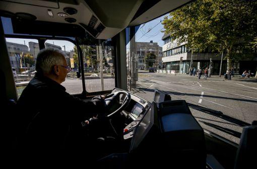 Und ab geht's: Der erste Schnellbus der Linie X1 fährt am Freitagmittag in Richtung Stuttgarter Zentrum. Foto: Lichtgut/Leif Piechowski