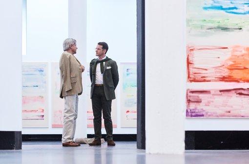 Dirk Boll im Kunst-Dialog, umgeben von Werken von Simone Westerwinter   Foto: Steffen Schmid