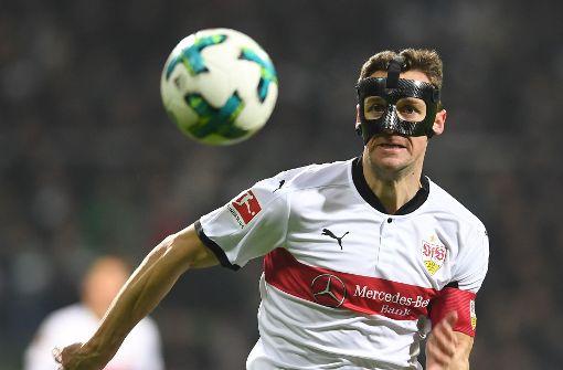 Christian Gentner und die Flügelverteidiger des VfB könnten Leverkusens Defensive über die Außenbahnen gefährlich werden. Foto: dpa