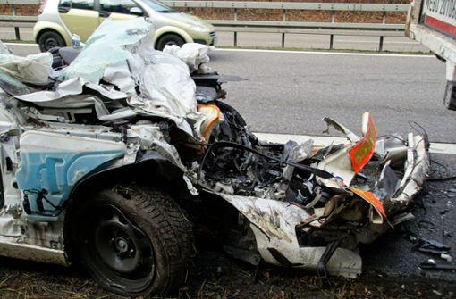 Das Auto musste von der Feuerwehr geborgen werden. Foto: SDMG