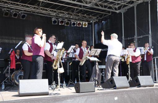 Den musikalischen Festauftakt machte der Musikverein  Foto: Chris Lederer