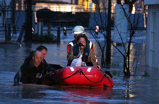 Per Boot wurden viele Anwohner in Backnang aus ihren überfluteten Häusern befreit. Foto: Beytekin