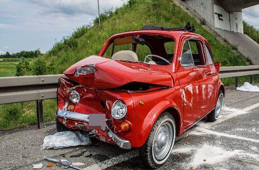 Der Fiat kippte bei dem Unfall auf die Fahrerseite. Foto: SDMG
