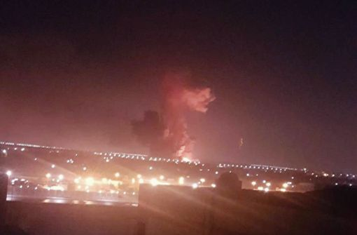 Die Aufnahme zeigt eine Rauchwolke nach der Explosion in der Chemiefabrik. Foto: AP