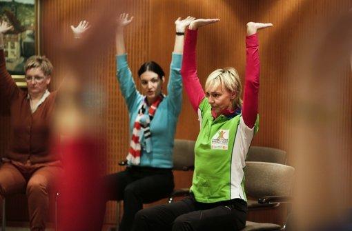 Welche Übungen beugen Rückenschmerzen vor? Heike Drechsler zeigt es Ihnen.  Klicken Sie sich durch unsere Bildergalerie. Foto: Leif Piechowski