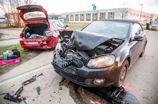Der VW-Fahrer krachte in den vorausfahrenden Wagen, als dieser abbiegen wollte. Foto: SDMG