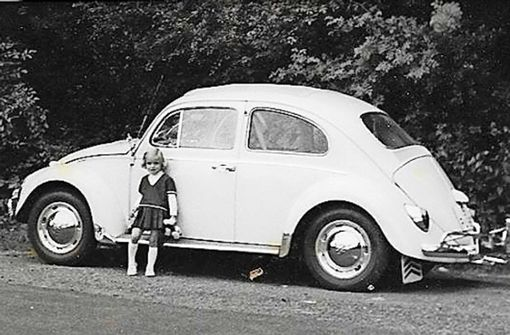 """Wibke Wieczorek schreibt: """"Der weiße Käfer gehörte meiner Tante Isolde, die am Wochenende immer ein Mädchen (wir waren vier Mädchen und vier Jungs) zu einem Ausflug mitnahm. Da unsere Eltern kein Auto hatten, waren wir es nicht gewohnt, Auto zu fahren und so wurde es uns regelmäßig übel. Der Tante reichte es aber immer anzuhalten, so dass ihr geliebter Käfer nie zu schaden kam. Das Foto zeigt mich im Alter von etwa drei Jahren. Somit ist das Foto etwa 1965 entstanden."""" Foto: Wieczorek"""