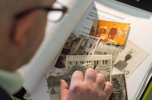 Detlev Zander mit Fotos, die an die Zeit im Kinderheim erinnern. Foto: dpa