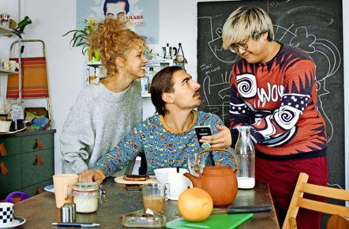 Lucia (Elli Tringou), Toni (Anton Weil)  und Joon (Joon Kim, re.) prüfen auf dem Smartphone mal wieder die Bewertungen ihrer Berliner Gästematratze. Foto: ZDF