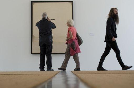 """Besucher betrachten  in einem vom italienischen Künstler Fabio Mauri gestalteten Raum das Bild """"Schermo - The End"""" (1970) und ...  Foto: dapd"""
