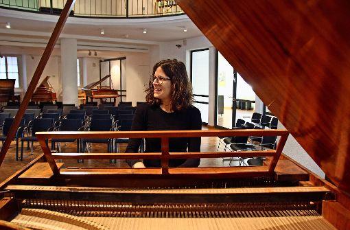 Señora Alonso bringt dem Graf die Klaviertöne bei
