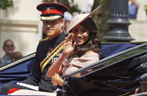 Königsfamilie fährt in Kutschen vor – zahlreiche Schaulustige