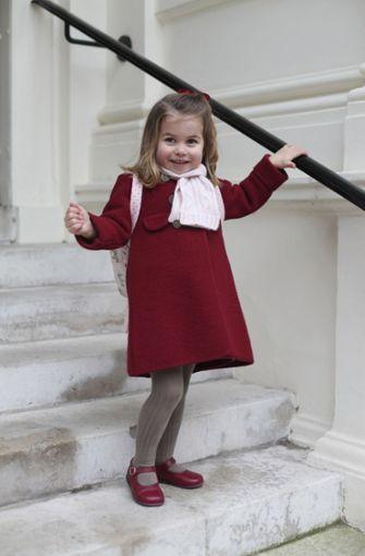 """Januar 2018: Fein gemacht hat sich Prinzessin Charlotte, die Tochter des britischen Prinzen William und seiner Frau Kate, für ihren ersten Tag an der """"Willcocks Nursery School"""". Foto: Duke and Duchess of Cambridge/AP"""