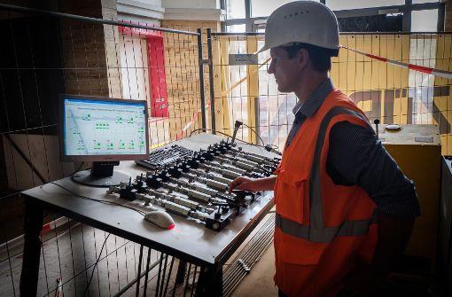 An einem Schaltpult im Inneren werden die Pressen gesteuert, die das Gebäude tragen. Foto: Lichtgut/Achim Zweygarth