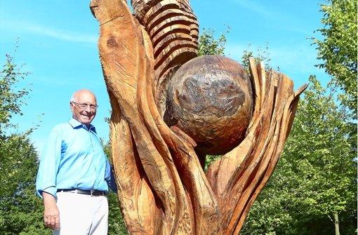 Heinz Schick neben einer seiner Skulpturen Foto: Gerhard Brien