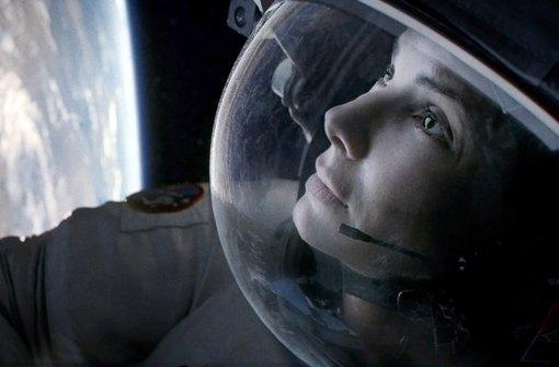 """Erdorbit: Szene aus dem US-Kinofilm Gravity"""" (2013) mit Sandra Bullock als Dr. Ryan Stone, die hilflos in der Umlaufbahn der Erde  treibt.   Foto: dpa/Warner Bros Ent."""