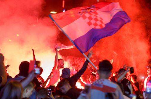 Friedliche Stimmung bei den kroatischen Fans in Stuttgart, nur bei der Pyrotechnik muss die Polizei einschreiten. Foto: 7aktuell.de | Amr Moustafa