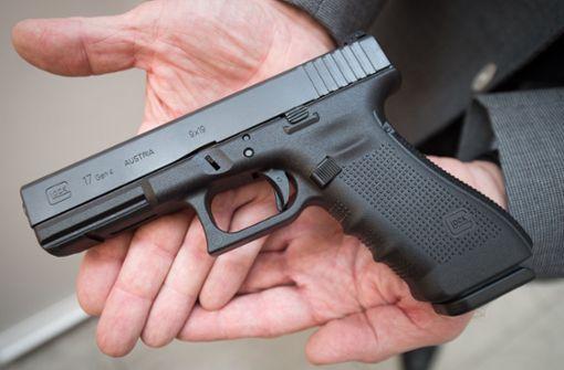 Jugendlicher zielt mit Schusswaffe auf eine Frau