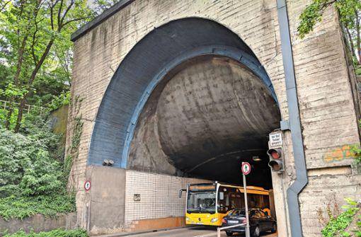 Immer mehr der alten Fliesen fallen von den Tunnelwänden. Foto: Jürgen Brand