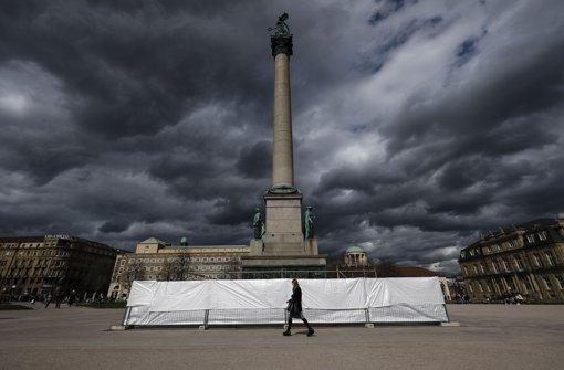 Seit Dienstag von einem Bauzaun umgeben: die Jubiläumssäule auf dem Schlossplatz Foto: Lichtgut/Leif Piechowski