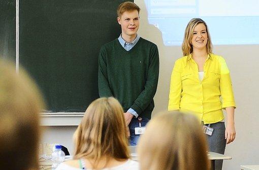 Melanie Nazar und Daniel Homrighausen, Auszubildende bei Lapp Kabel, stellen ihr Unternehmen Schülern des Hegel-Gymnasiums vor. Foto: Michele Danze