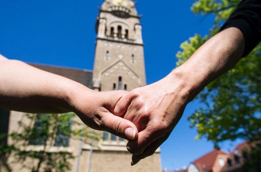 Viele gleichgeschlechtliche Paare würden sich gerne vor Gott zu ihrer Partnerschaft bekennen. Foto: Lichtgut/Verena Ecker