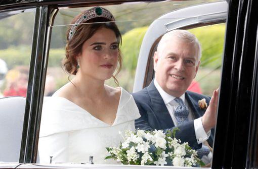 Die Braut war vor der Trauung sichtlich nervös– neben Prinzessin Eugenie saß im Auto ihr stolzer Vater Prinz Andrew. Foto: Getty Images Europe
