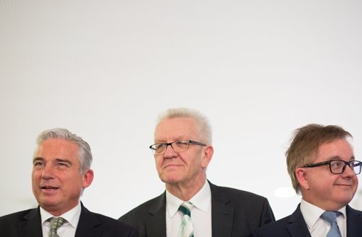 Thomas Strobl (von links), Ministerpräsident Winfried Kretschmann und CDU-Fraktionschef Guido Wolf geben nach Ende von Sondierungsgesprächen beider Parteien im Haus der Katholischen Kirche in Stuttgart ein Statement für Medienvertreter ab. Foto: dpa
