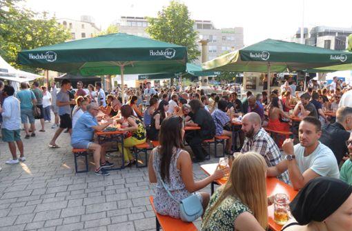 Bereits am frühen Freitagabend ist jede Menge los auf dem Wilhelmsplatz. Foto: Julia Bosch