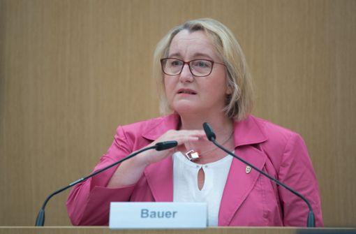 Wissenschaftsministerin streitet Zeugenbeeinflussung ab