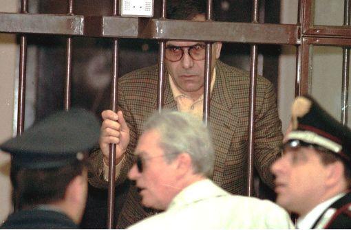 """Leoluca Bagarella, mutmaßlicher Drahtzieher der blutigen Anschläge auf die italienischen Mafia-Jäger Giovanni Falcone und Paolo Borsellino 1992, blickt am 12. November 1996 vor der Verhandlung in einem Gericht in Florenz durch den Gefangenenkäfig. Er soll zusammen mit dem """"Boss der Bosse"""", Salvatore """"Toto"""" Riina, und zehn anderen Mafia-Mitgliedern für Autobombenanschläge in Florenz, Rom und Mailand im Frühjahr und Sommer 1993 verantwortlich gewesen sein.  Foto: ANSA"""