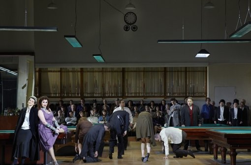 """Szene aus einer abgedrehten Fantasie über ein Stück Musiktheater: Marthaler sieht Offenbachs Oper """"Hoffmanns Erzählungen"""". Foto:"""